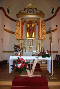 Ołtarz główny z figurą Naświętszego Serca Pana Jezusa.