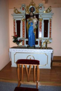 Po lewej stronie w nawie bocznej znajduje się ołtarz św. Józefa.