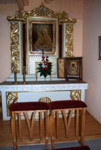 Po prawej stronie w nawie bocznej znajduje się ołtarz Matki Boskiej Ostrobramskiej.